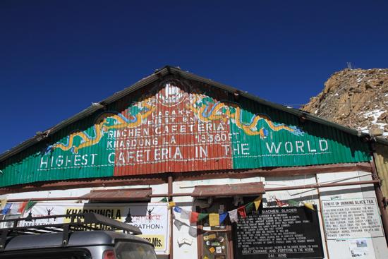 Khardung-La Khardung La pass (5602m)<br>Hier hebben we de �chte HIGH-tea gedronken<br><br> 3660-Khardung-La-Pass-Ladakh-5026.jpg