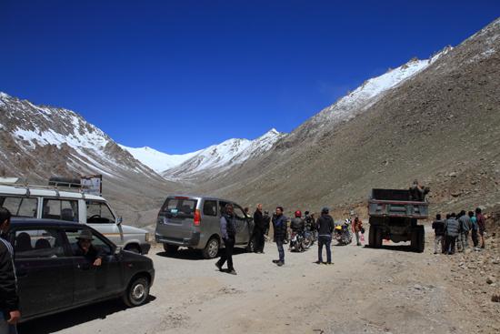 Khardung-La Terug naar Leh<br>We moesten een halfuurtje wachten wegens het gevaar van vallende stenen<br><br> 3820-Khardung-La-Pass-Ladakh-5097.jpg