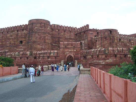 Agra Toegangsbrug tot het Agra-fort 100_3982.jpg