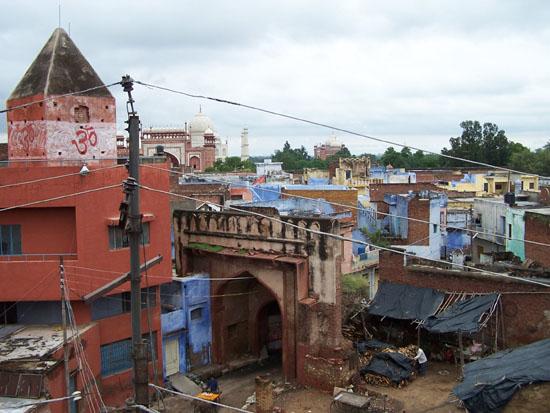 Agra Uitzicht vanaf een dakterras tijdens de lunch, met links nog de Taj Mahal 100_3996.jpg