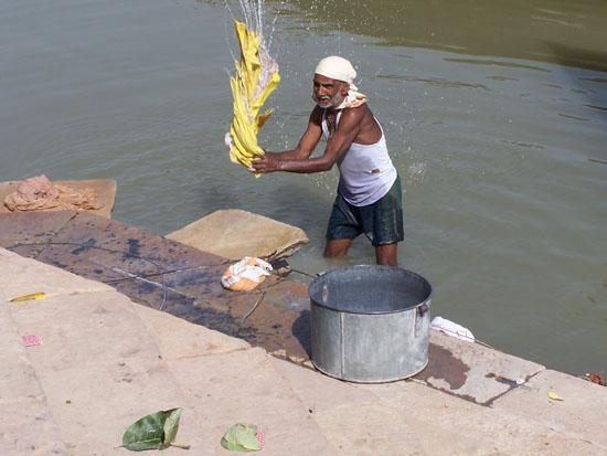 Varanasi1 Hardhandig kleren wassen in de Ganges 100_4318.jpg