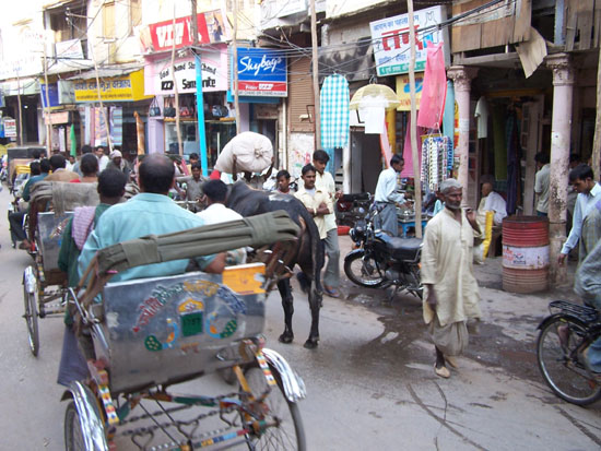 Varanasi1 Varanasi centrumErg druk en veel smog 100_4343.jpg