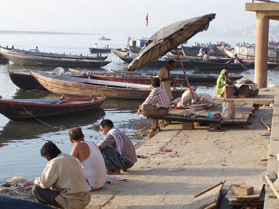 Varanasi1 Ieder in gedachten over de dag die komen gaat 100_4369.jpg