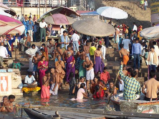 Varanasi2 Drukte op de ghats van Varanasi. De Ganges wordt gebruikt om te mediteren, omzichzelf te wassen,  tanden te poetsen, als openbare wasserij, om de vaat te doen, te zwemmen en ook nog om de as van de doden uit te strooien. 100_4379.jpg