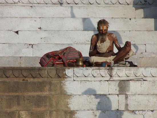 Varanasi2 Een rustig plekje gevonden om te mediteren 100_4400.jpg