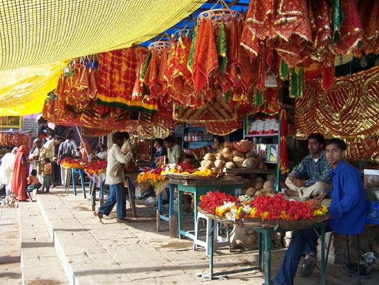 Varanasi2 Kleurige lijkwades en andere attributen voor crematies te koopbij de burning ghats 100_4449.jpg
