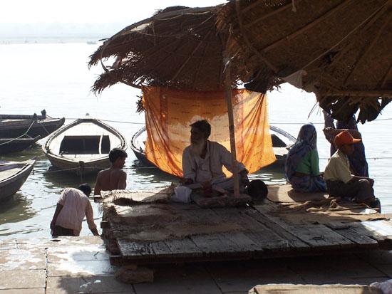 Varanasi2 Masseur wacht op klandizie 100_4455.jpg