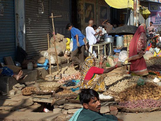 Varanasi2 Varanasi centrumAardappelen en groentenmarkt  100_4456.jpg