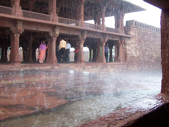 Fatehpursikri Opnieuw even schuilen voor de regen. Fatehpur Sikri is na 16 jaar alweer verlaten wegens watergebrek, tijden kunnen veranderen Fatehpur-Sikri-hoosbui_3845.jpg