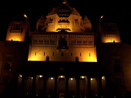 Jodhpur2 Verlichte achtergevel gezien vanuit de paleistuinSchitterende ambiance tijdens diner Jodhpur-Umaid-Bhawan-Palace-gevel_3266.jpg