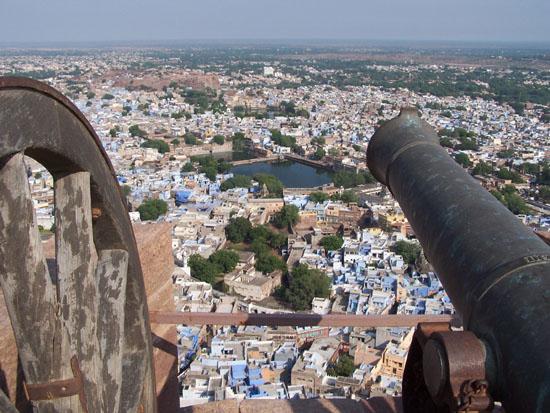 Jodhpur2 Een groot aantal kanonnen staat op de vestingswal opgesteld Kanonnen-Mehrangarh-Fort-Jodhpur_3202.jpg