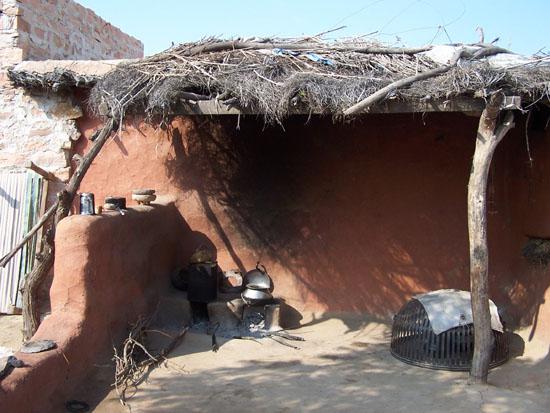 Jodhpur1 Open keuken bij Bishnoi-volk rondom JodhpurDe ijzeren korf rechts is om ongedierte te weren Keuken-Bishnoi-volk-Jodhpur_3077.jpg