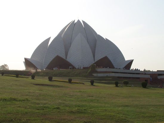 Delhi Lotus Tempel of Baha'i House of Worship27 witte marmeren lotusbladeren in mooi park Lotus-Temple-Bahai-House-Delhi_2490.jpg