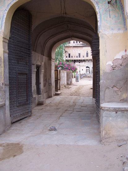 Mahansar Toegangspoort met enorme stalen pennen op de deuren Narayan-Niwas-Castle-Mahansar-Shekawati_2639.jpg