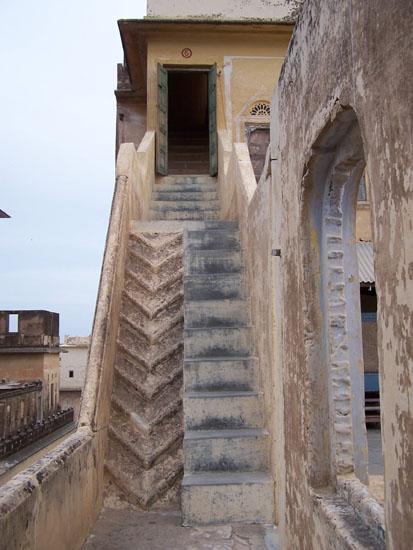 Mahansar Laatste trappen naar onze kamer in de vestingtoren Narayan-Niwas-Castle-Mahansar-Shekawati_2716.jpg