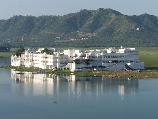 Udaipur Udaipur CentrumUitzicht vanaf ons dakterras op het Lake Palace in het Pichola meer (1746) Pichola-meer-Lake-Palace-Udaipur_3363.jpg