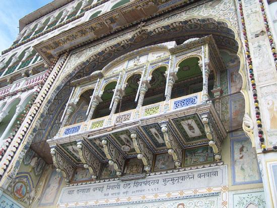 Naarmahansar Close-up van fraai gedecoreerde erker boven hoofdingang Rani-Sati-Jain-Tempel-Jhunjhunu_2614.jpg