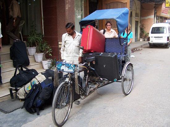 Delhi Bagage wordt met de riksja naar de bus gebracht Riksja-vrachtvervoer_2566.jpg