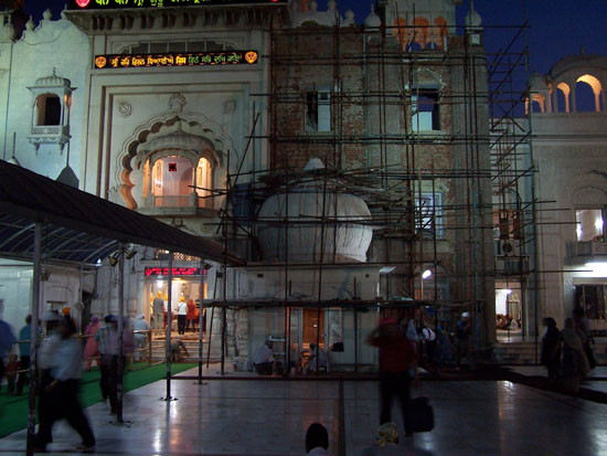 Delhi Bezoek aan Gurdwara Bangla Sahib Sikh tempel tijdens gebedsdienst Sikh-Tempel-Gurdwara-Bangla-Sahib_2540.jpg