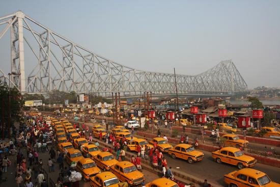 Kolkata1 Howrah Bridge across Hooghly River, seen froma platform at Howrah Train Station in Calcutta Howrah brug over de Hooghly rivier, gezien vanaf een platform vanhet Howrah station in Kolkata met enorme taxistandplaats 1520_2962.jpg