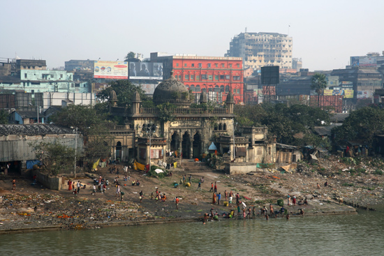 Kolkata1 Ghat near Rah Chandra Goenka temple at the borderof Hooghly River Ghat bij de Rah Chandra Goenka tempel aan de oever van de Hooghly rivier 1530_2966.jpg