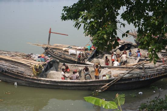 Kolkata1 Unloading the ship Het handmatig lossen van een schip 1660_3090.jpg