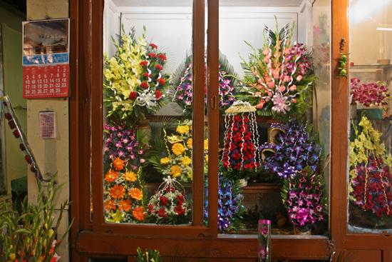 Kolkata2 Very colourful flowershop at New Market Zeer kleurrijke bloemenwinkel op New Market 1750_3162.jpg