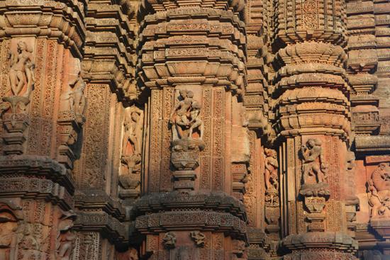 Bhubaneshwar Nice carvings Prachtig beeldhouwwerkgeaccentueerd door het mooie avondlicht 2030_4353.jpg
