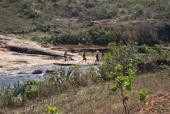 Adivasi-Tour7  Even de schoenen uit om door de rivier te waden 3180_5379.jpg