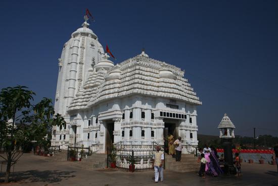 Koraput Jagannath Temple in KoraputThis replica of the temple in Puri can be visited by non-hindus too Deze replica van de tempel in Puri mag wél bezocht worden door niet-hindoes 3410_5651.jpg