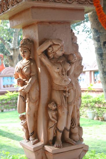 Gopalpur Piple temple PipliPrachtige beelden in de binnenplaats van de tempel  3620_5795.jpg
