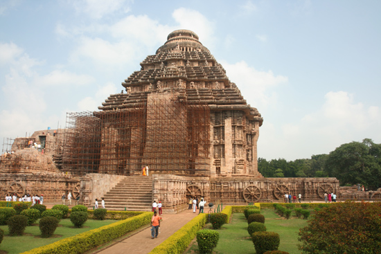 Konark De Sun temple is situated in a nice garden KonarkDe Sun tempel is door een fraaie tuin omgeven 3940_6038.jpg