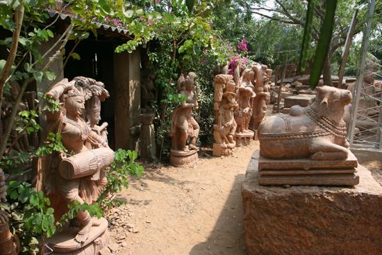 Konark Nice statues for sale as souvenir of a wonderful touraround Orissa Fraaie beelden te koop als aandenken aan schitterende rondreis 4040_6139.jpg