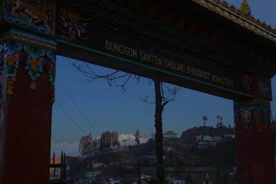Darjeeling Uitzicht op de besneeuwde bergtoppen<br> vanafDunggon Samten Choling Bhuddist Monastery klooster<br><br> 0120_3392.jpg