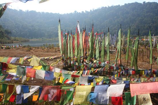 Khecheopari Nog meer gebedsvlaggen in schitterende en stille omgeving<br><br> 0390_3623.jpg
