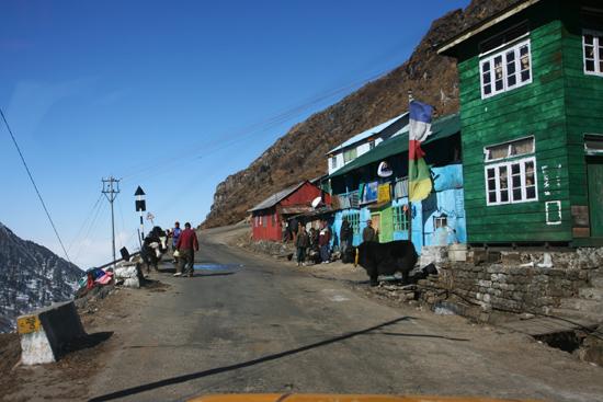 Gangtok Enkele huisjes vlak bij de top op 3.800m<br><br> 0940_3938.jpg