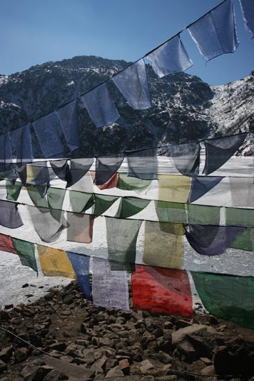 Gangtok Gebedsvlaggen aan de oever van het Tsomgo meer<br><br> 0960_3947.jpg