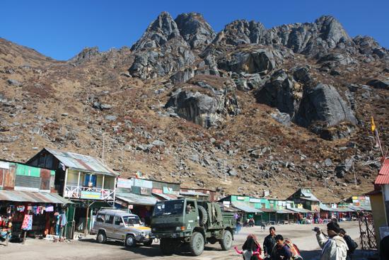 Gangtok Bergen langs de oever van het meer<br><br> 0970_3950.jpg
