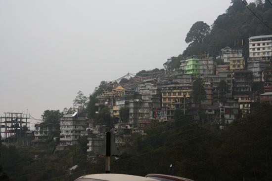 Gangtok De buitenwijken van Gangtok gebouwd tegen de berghellingen<br><br> 1100_4026.jpg