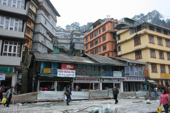 Gangtok De hoofdstraat van Gangtok<br>Er werd hard gewerkt om er een fraaie boulevard van te maken<br><br> 1120_4038.jpg
