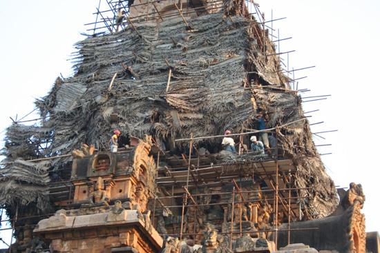 Tiruchirappalli Restauratiewerkzaamheden aan de top IMG_6487.jpg