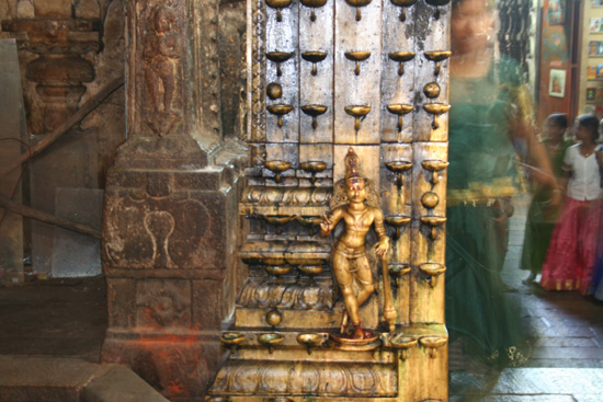 Madurai Kaarskandelaars verwerkt in pilaar IMG_6607.jpg