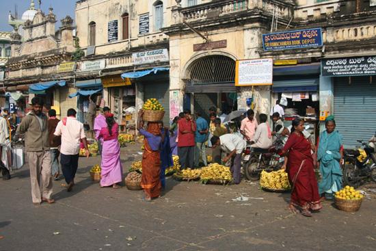 Mysore Ingang van de kleurrijke en geurige Devaraja -markt IMG_8069.jpg