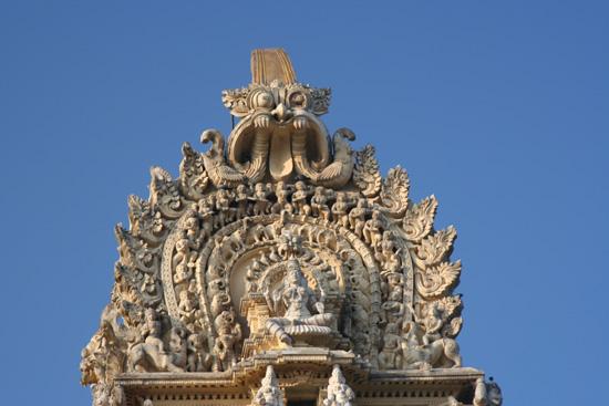 Mysore De rijk gedecoreerde top van de tempelgevel IMG_8231.jpg