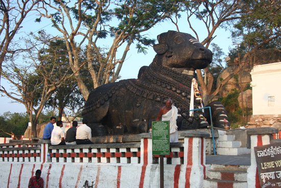 Mysore Halverwege de trap terug enorm Nandi-beeld (1659) IMG_8235.jpg