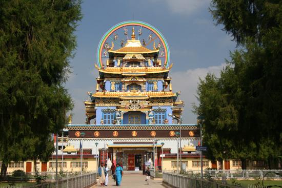 Madikeri Onderweg naar Madikeri gestopt om het Tibetian Namdroling Monastryin Bylakuppe te bezoeken, een woongemeenschap van Tibetanen IMG_8252.jpg