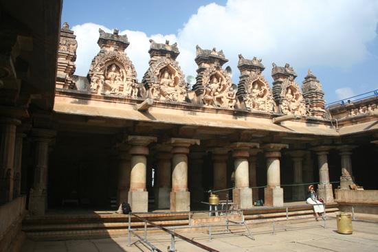 Belur Binnenplaats van tempel boven op de rots IMG_8441.jpg