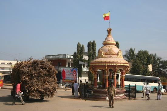 Halebid Verkeersplein in Halebid voor de ingang van het tempelcomplex IMG_8570.jpg