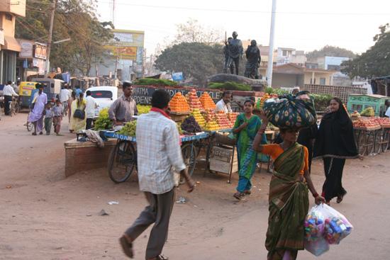 Hospet Kunstig opgestapeld fruit op de markt IMG_8742.jpg
