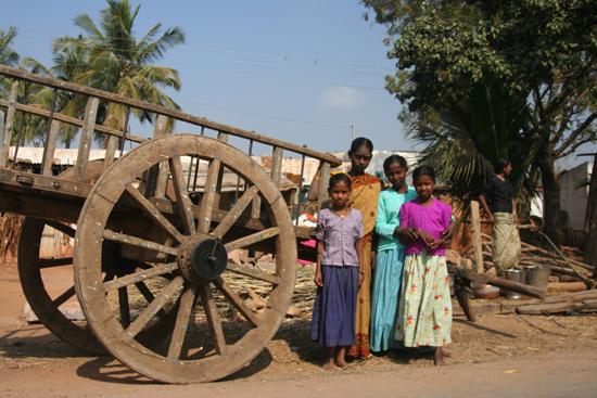 Boerendorpje Net als in heel India wilde men ook hier graag op de foto IMG_9020.jpg